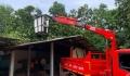 กองช่าง นำรถกระเช้าช่วยเหลือประชาชน กรณีต้นไม้ล้มทับศาลาหอฉันท์